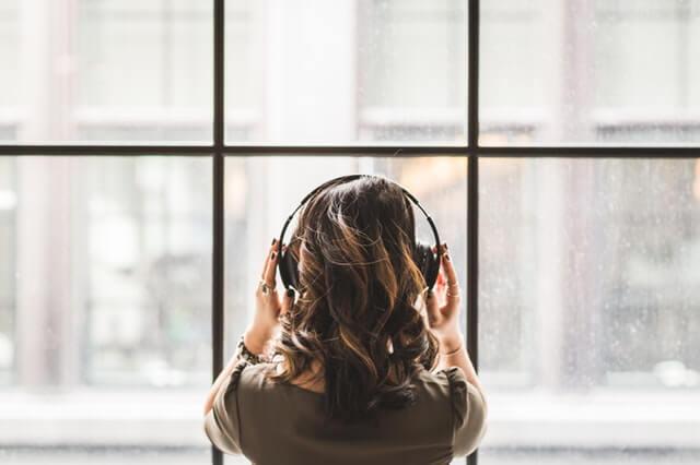 Nainen kuuntelee musiikkia